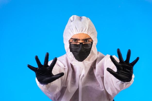 Sanitizante em uniforme preventivo especial e máscaras para prevenir a doença Foto gratuita