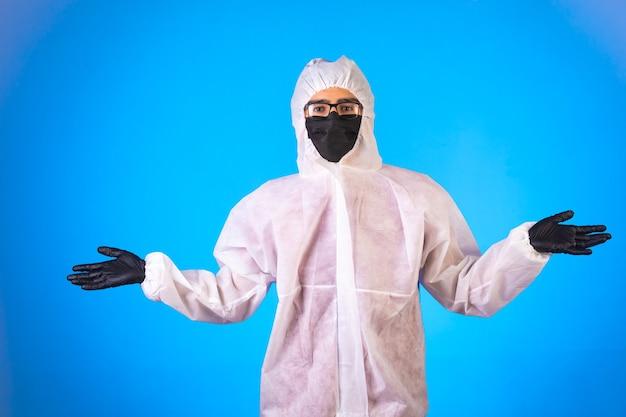 Sanitizante em uniforme preventivo especial e máscaras pretas com braços abertos Foto gratuita