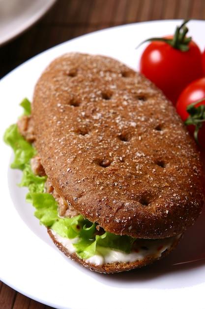 Sanswich fresco com atum e legumes Foto gratuita