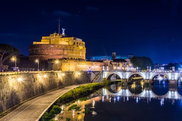 Sant angelo castle em roma, itália à noite. Foto Premium