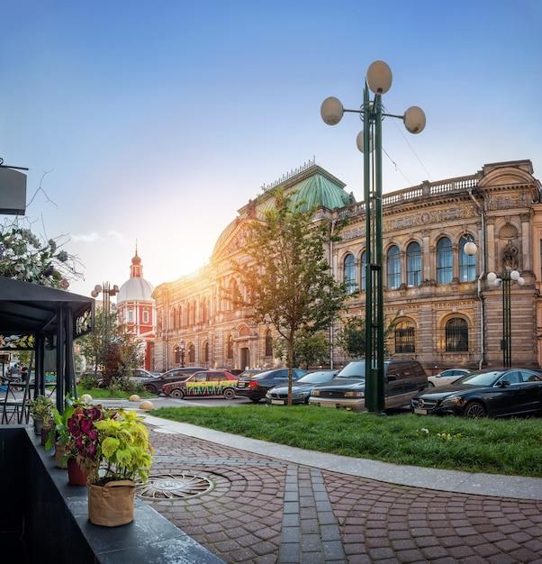 São petersburgo. a construção do museu stieglitz de artes decorativas e aplicadas em solyany lane e o templo de panteleymon Foto Premium