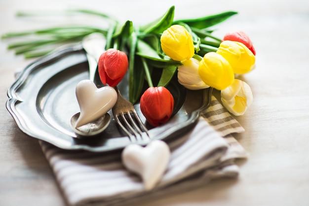 São valentim com configuração de mesa, flores e corações Foto Premium