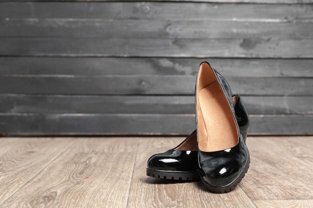 Sapatas das mulheres na madeira Foto Premium