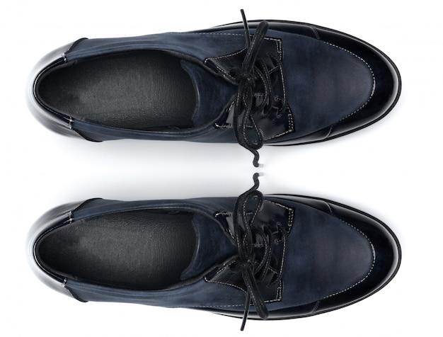 Sapatas de couro masculinas clássicas isoladas em uma vista branca, superior. Foto Premium
