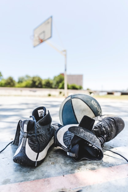 Sapatas do esporte e basquete na quadra ao ar livre Foto gratuita