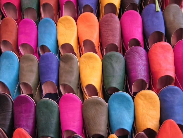 Sapatas marroquinas coloridas para a venda no mercado velho de c4marraquexe, marrocos. Foto Premium