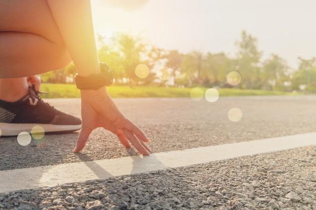 Sapato de corrida de desgaste de mulher para andar e correr sobre fundo verde natureza. exercício de saúde. Foto Premium