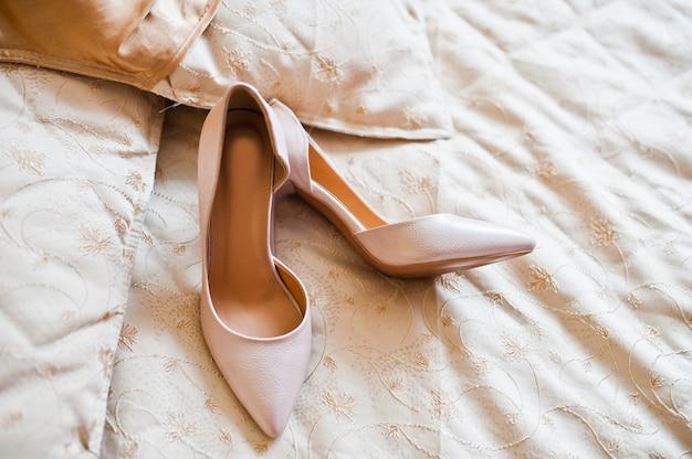 Sapatos de casamento branco elegante na manhã da noiva. Foto Premium