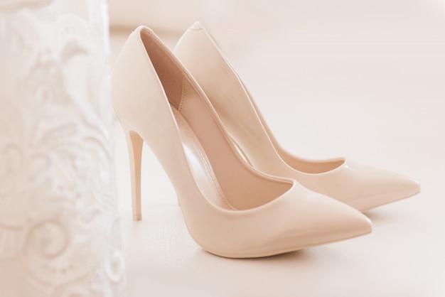 Sapatos de casamento das mulheres, as taxas da noiva, foco seletivo Foto Premium