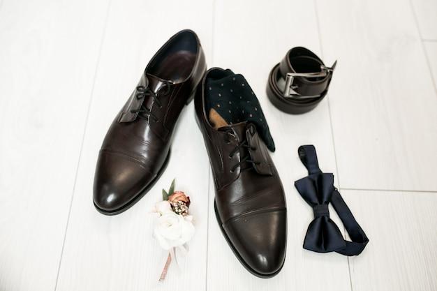 Sapatos de casamento do noivo Foto gratuita