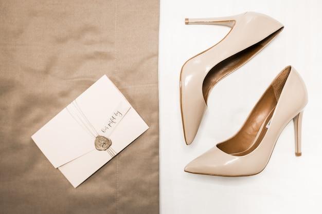 Sapatos de casamento em fundo Foto gratuita