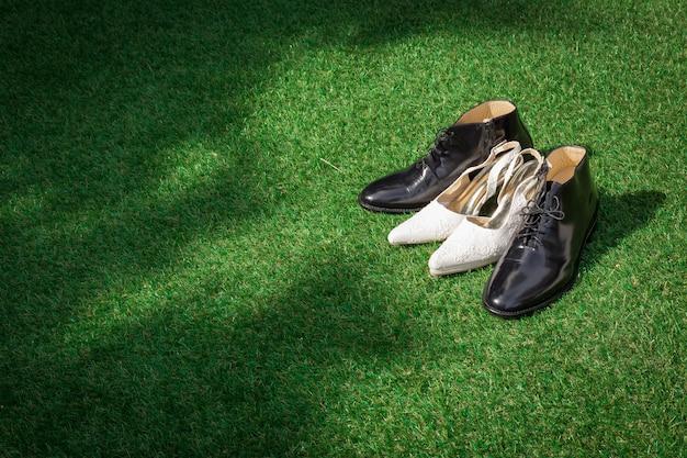 5990ed668 Sapatos de casamento feminino e masculino na grama verde para a ...