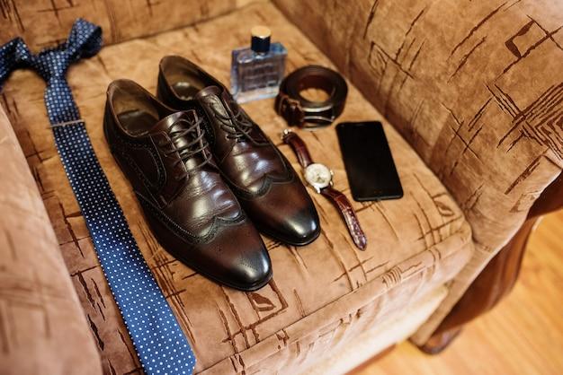 Sapatos de casamento para homens elegantes na manhã do noivo. Foto Premium