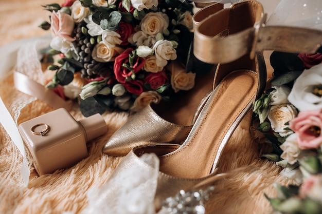 Sapatos de casamento para noiva, buquês de casamento, perfume, anel de noivado precioso com pedras preciosas Foto gratuita