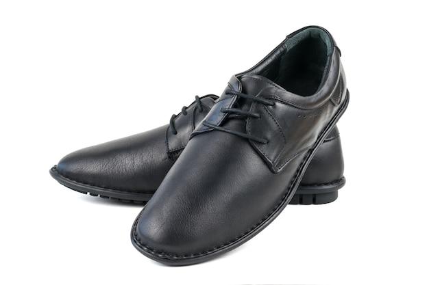 Sapatos de couro genuíno preto isolados na superfície branca. sapatos masculinos clássicos. Foto Premium