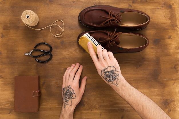 Sapatos de couro masculino em fundo de madeira Foto Premium