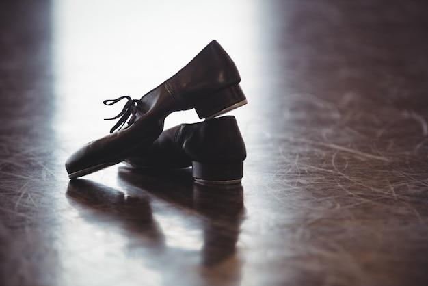 Sapatos de dança no chão de madeira Foto gratuita