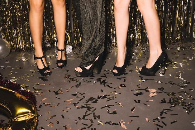 Sapatos de meninas em uma festa Foto gratuita