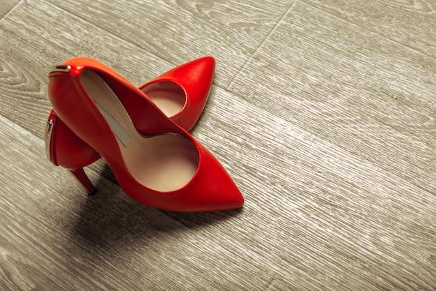 Sapatos de mulheres vermelhas na madeira Foto Premium