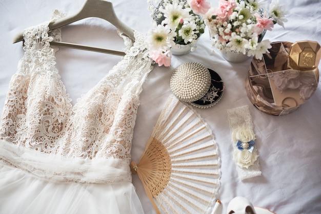 Sapatos de noiva, vestido, perfume, flores e joias. Foto Premium