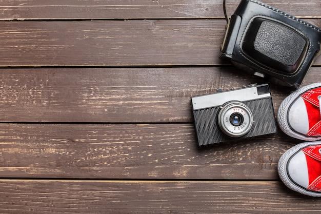 Sapatos desportivos e câmara vintage Foto Premium