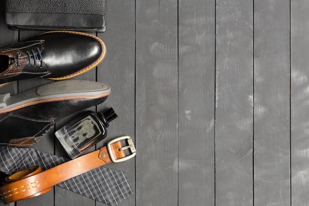 Sapatos e acessórios para homens estavam no chão de madeira Foto Premium