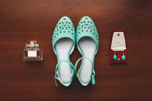 Sapatos femininos cor mesa de madeira tiffany. espíritos. brincos Foto Premium