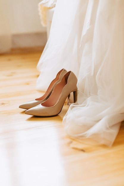 Sapatos femininos elegantes para celebrações e casamentos, vestidos de noiva e detalhes Foto gratuita