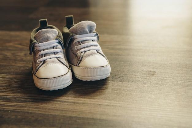 Sapatos infantis de publicidade: tênis estão no chão Foto Premium