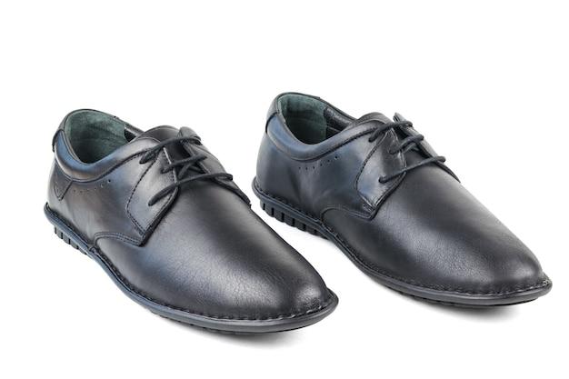 Sapatos masculinos de couro preto, lado a lado, isolados na superfície branca. sapatos masculinos clássicos. Foto Premium