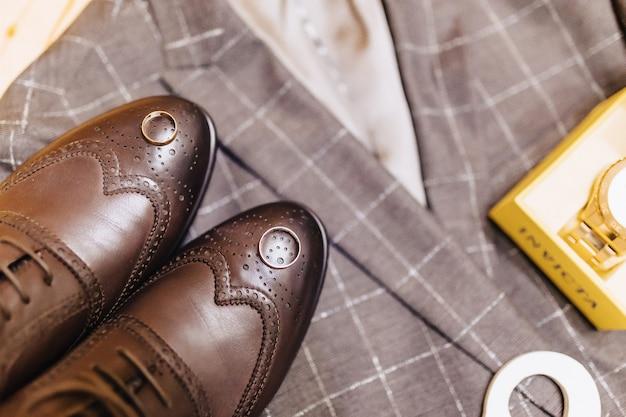 Sapatos masculinos e roupas elegantes, tema de férias e casamento Foto Premium