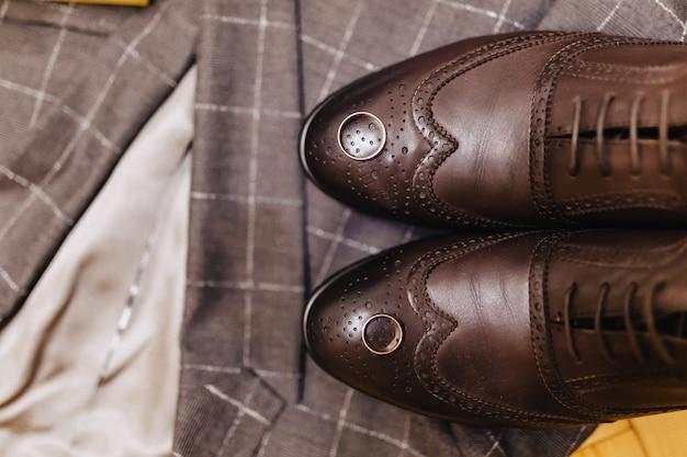 Sapatos masculinos e roupas elegantes, tema do feriado e casamento Foto Premium
