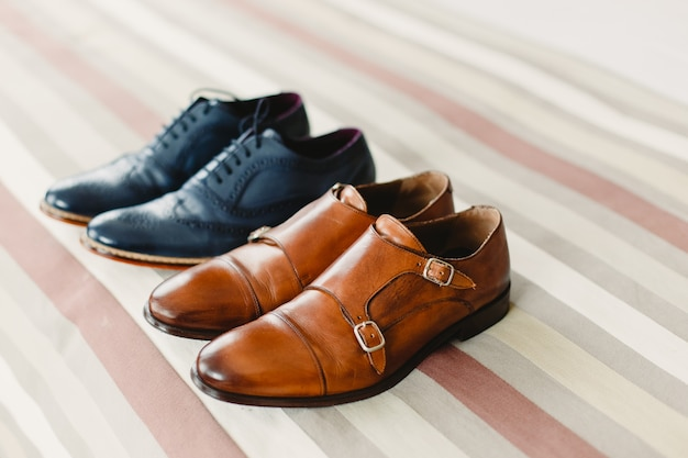 Sapatos masculinos para vestir, escolhendo o dia do casamento Foto Premium