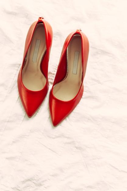 Sapatos vermelhos mulheres no quarto Foto Premium