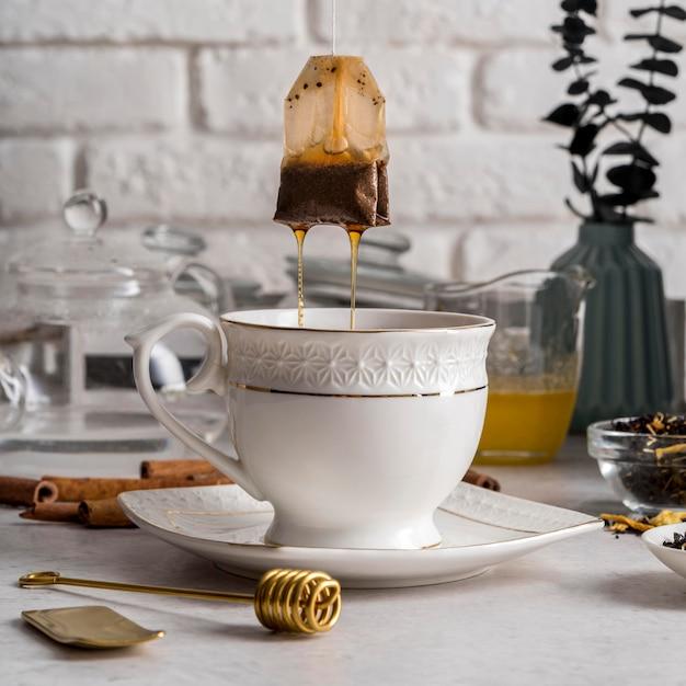 Saquinho de chá removido do copo Foto gratuita