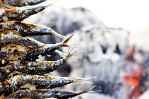 Sardinhas assar com fundo fogo Foto gratuita
