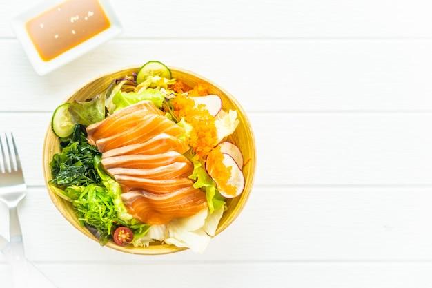Sashimi de carne de peixe salmão fresco cru com algas Foto gratuita