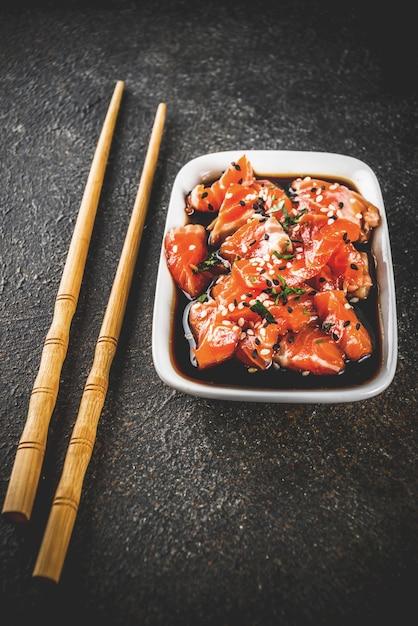 Sashimi de salmão com sementes de gergelim Foto Premium