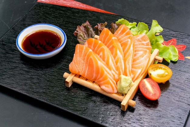 Sashimi de salmão cru fresco com molho de soja Foto Premium