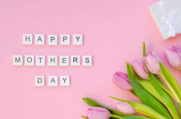 Saudação de dia das mães vista superior com flores Foto gratuita