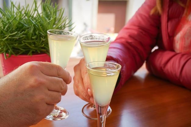 Saudando pessoas com doses de bebida Foto Premium