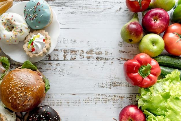 Saudável alimentos pouco saudáveis na mesa de madeira Foto gratuita