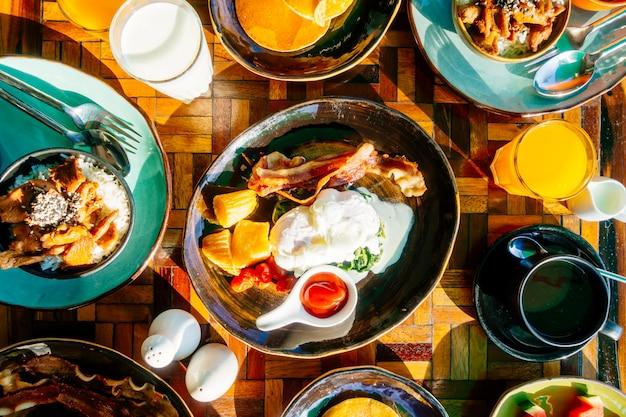 Saudável, café manhã, jogo, com, ovo, panquecas bacon suco laranja, leite, pão, e, café Foto gratuita