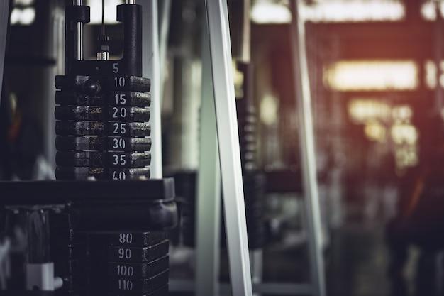 Saudável, esportes, estilo de vida, conceito de fitness. treinamento de peso de hidrogênio e halteres. Foto Premium