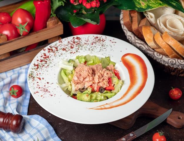 Saudável frango grelhado caesar salad com queijo, tomate cereja e alface Foto gratuita