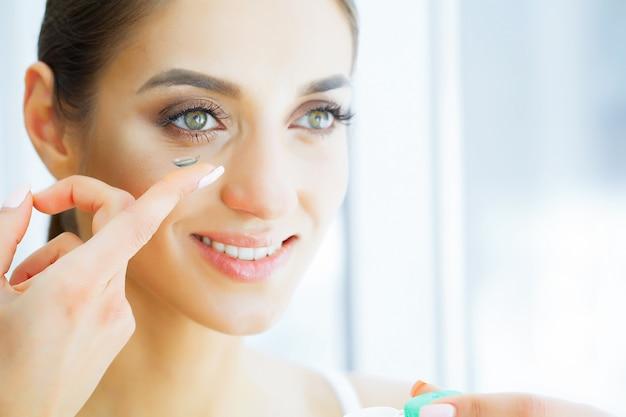 Saúde e beleza. moça bonita com vestidos dos olhos verdes Foto Premium