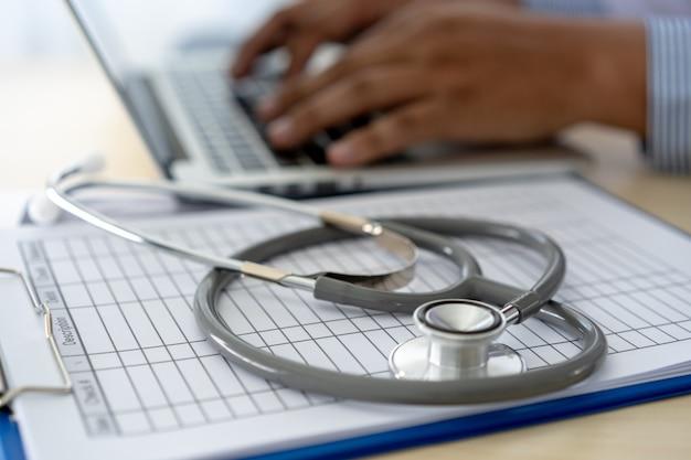 Saúde, escrita, prescrição doutor, trabalhando, com, laptop, computador Foto Premium