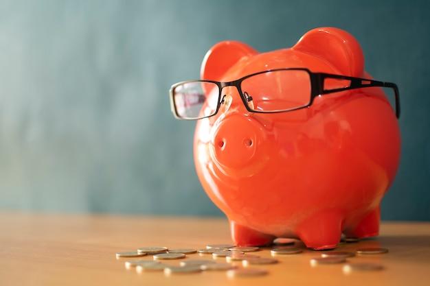 Saving money salvando ou investindo conceito. Foto Premium
