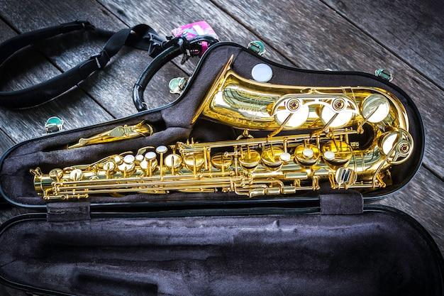 Saxofone alto dourado em caixa Foto Premium