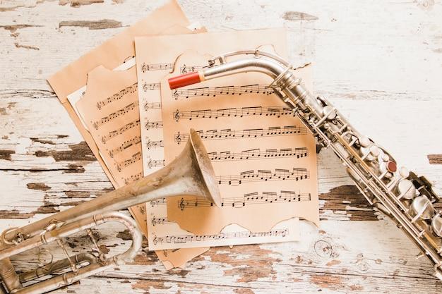 Saxofone e trompete na partitura Foto gratuita